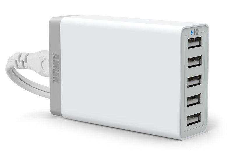 左が「Anker 40W 5ポート USB急速充電器 ACアダプタ」。充電用USBポートが5つあるPowerIQ対応USBチャージャーです。右はその後購入したモバイルバッテリーの「Anker Astro 第2世代 モバイルバッテリー 6400mAh」で、やはりPowerIQに対応しています。