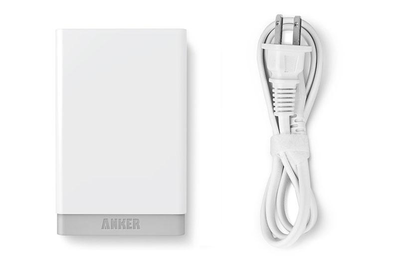 Ankerの「Anker 40W 5ポート USB急速充電器 ACアダプタ」。PowerIQ対応の5ポートUSBチャージャーで、多くの機器に最適な電流を流せるので急速充電できます。サイズは横9.1×縦5.8×厚み2.6cm。付属ACコードは挿抜できるメガネ型なので、市販の短いACコードやメガネ型プラグと併用すれば携帯して出先で使うのも現実的です。Amazon直販価格2599円。