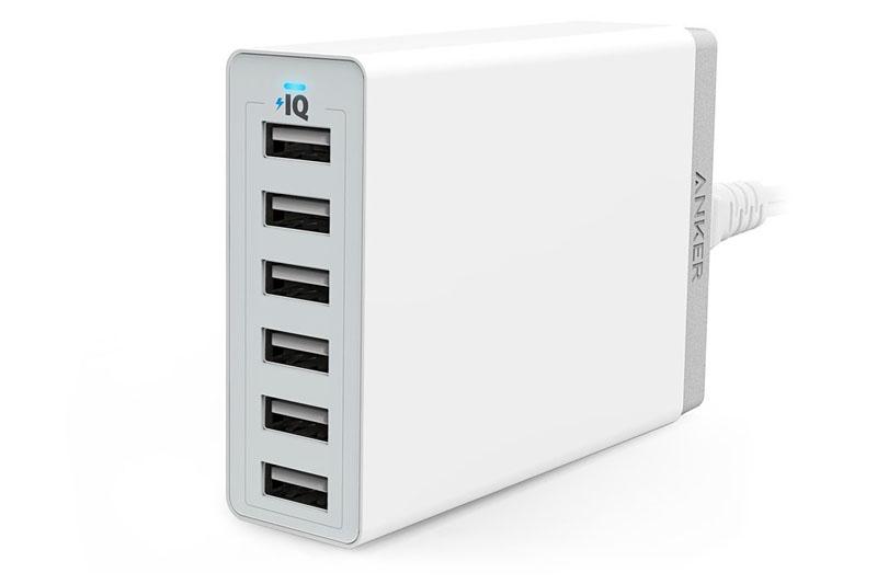 左が「Anker 60W 6ポート USB急速充電器」。iPadを6台同時に充電できちゃいますな。Amazon価格3599円。中央と右が「Anker 20W 2ポート USB急速充電器」で、携帯性に優れたUSBチャージャーです。Amazon価格1499円。