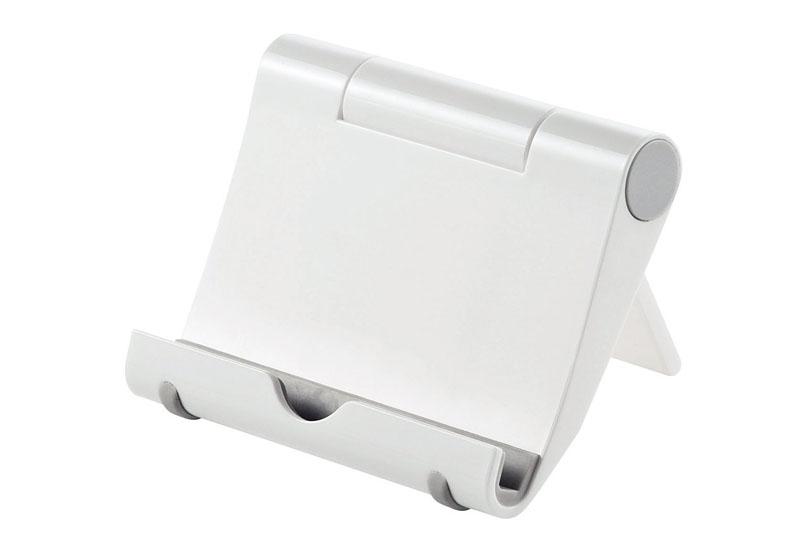 左と中央が「Anker タブレット用スタンド」です。角度調節可能なアルミ製タブレットスタンドで、スマートフォンなど小型端末も置けます。Amazon価格1199円。右はサンワサプライの「iPadスタンド (ホワイト) PDA-STN7Wで、Amazon価格は1190円。