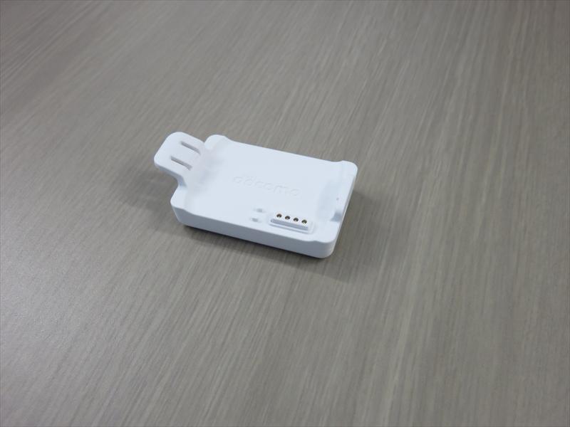 ドコッチ充電用のクレードル。スマートフォン用のmicroUSBケーブルで充電できる