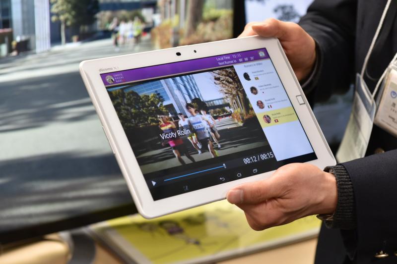 タブレットを用いた沿道でのマラソン観戦のイメージ。