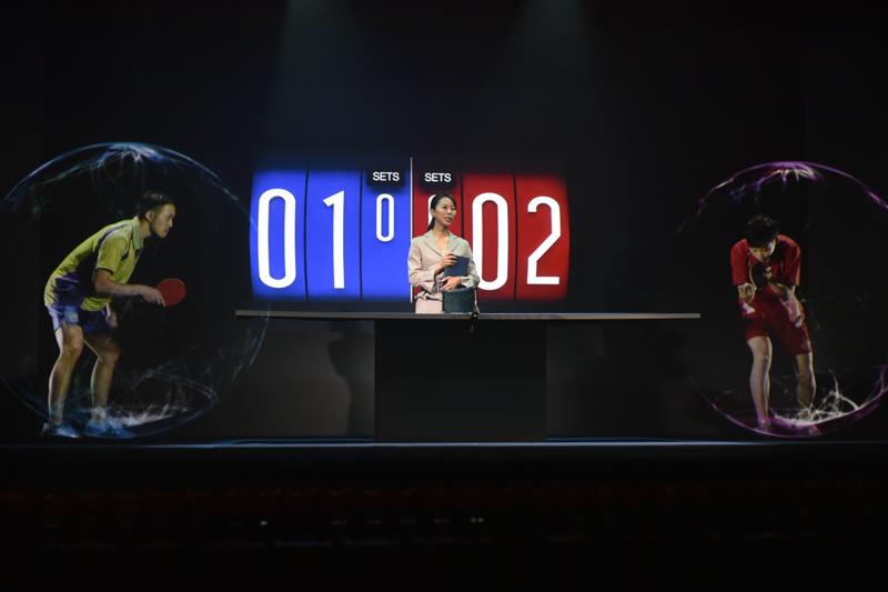 選手は切りだされた3Dの投射。スコアボードはディスプレイ。エンタメ系での利用ならエフェクトなども自在。中央の女性はステージ上に実在している