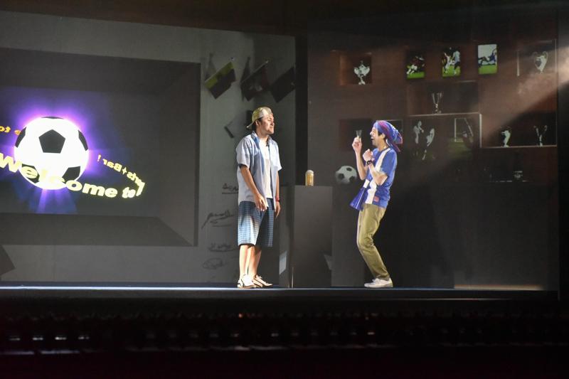 スポーツバーで友人と語らう近未来のイメージ。右側の男性が3D投射映像だ