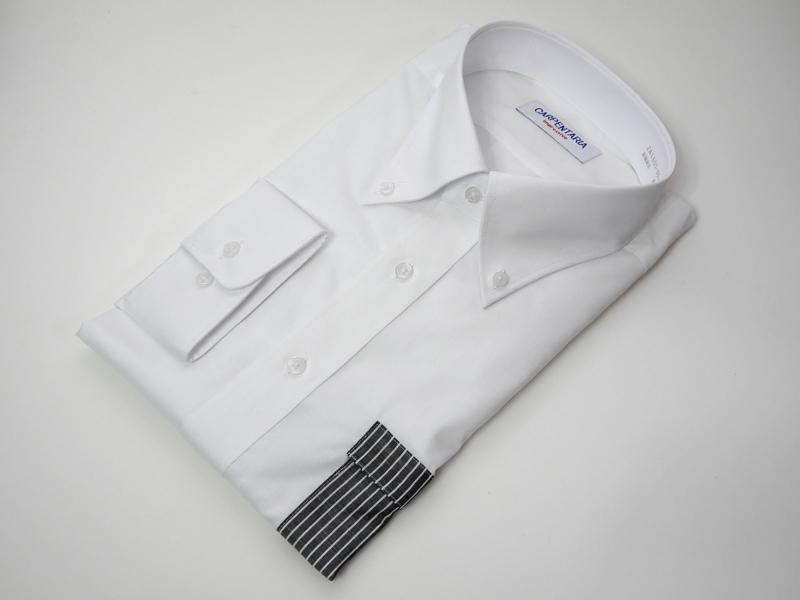 製品名は「スマポケ」。フレックスジャパン社のワイシャツのオプションサービスとして、直販サイト「プラトウ」で提供される。なお写真はポケットの色を変えた仕様だが、通常製品はシャツと同色となる