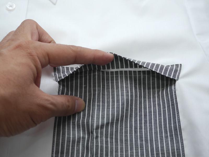 ポケット上部にフラップが付いており、うつむいた際に落下するのを防いでくれる