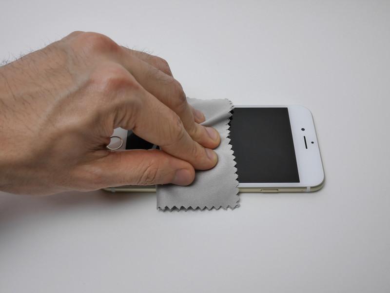 指紋が付いた状態でガラスフィルムを貼ってしまうのは避けたい。入念に磨こう