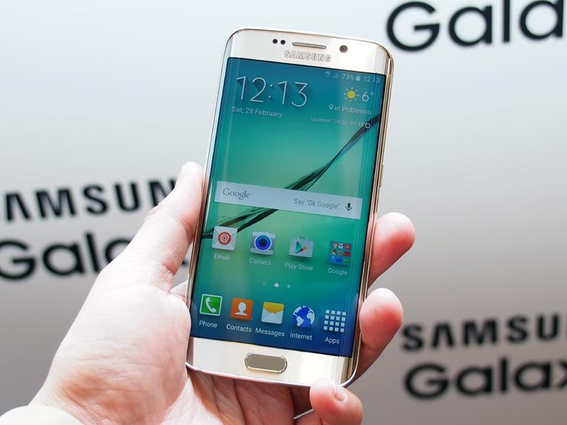 左右両側にエッジスクリーンを搭載した「Galaxy S6 edge」