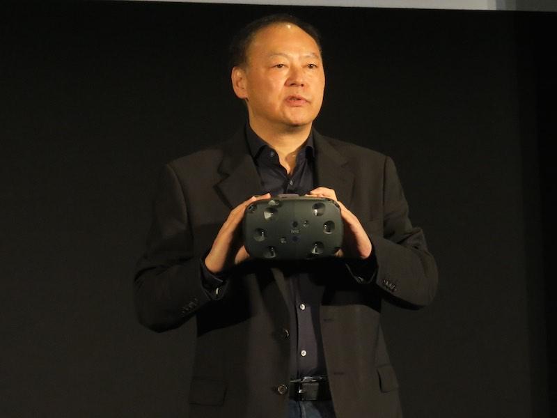 VRディスプレイ「Vive」を手にするHTCのChou CEO