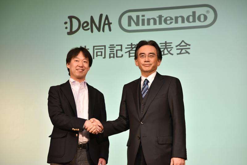 任天堂 取締役社長の岩田聡氏(右)、ディー・エヌ・エー 代表取締役社長兼CEOの守安功氏(左)