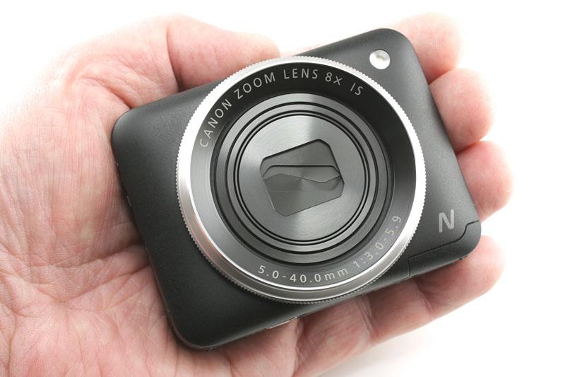 キヤノンの「PowerShot N2」。1/2.3型・有効1610万画素の撮像素子(CMOSセンサー)を採用したコンパクトデジタルカメラで、35mm判換算28~224mm相当の光学8倍ズームレンズを搭載し、手ブレ補正機構も備えています。手のひらサイズのかわいらしいサイズ感。実勢価格は2万9000円前後です。
