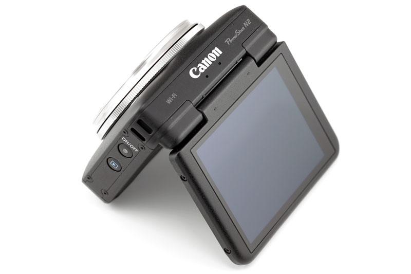 液晶モニターは最大180度まで無段階で開きます。自由なポジション/アングルで撮れるほか、自分撮りも容易に行えます。