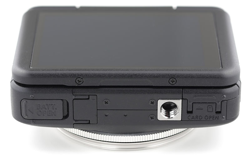 本体底面には三脚ネジ穴が。電池室やメモリーカード(microSD)スロットも底部です。
