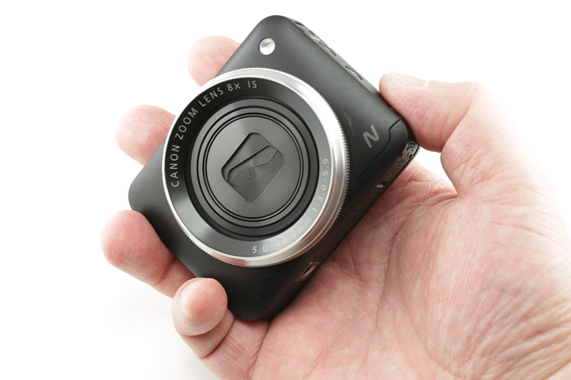 ポケットやバッグからカメラ本体を取り出す→電源を入れる→シャッターを押す……この動作を片手で行えます。慣れると非常にスムーズに「速写」できちゃいます。