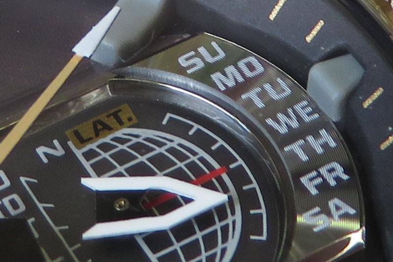 電車で移動中、時間を持て余して腕時計を接写。片手撮りですが細部までビシッと写りました。