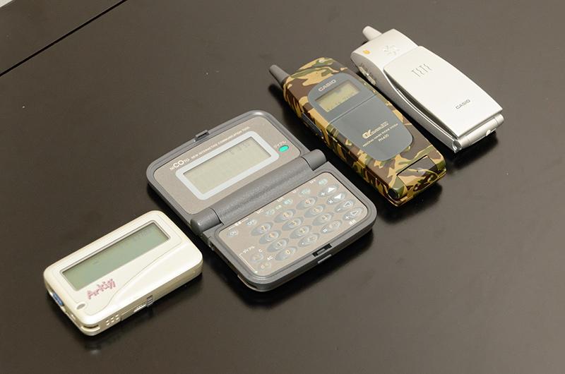 ここで、1996年に発売されたポケベル「ArKiss」や、ダイヤルトーンを発声できるポケベル「NICOTO(ニコット)」、1997年発売のPHS「PH-450」、Pメール対応端末「PH-10(TeTe)」を取り出した石田氏