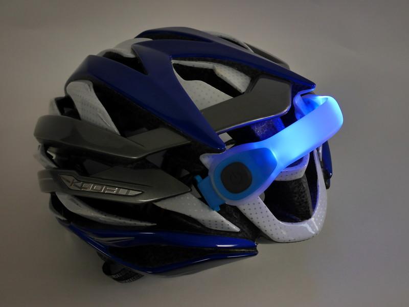 ちょっと無理矢理だが、こんな感じで自転車用ヘルメットにも装着可能