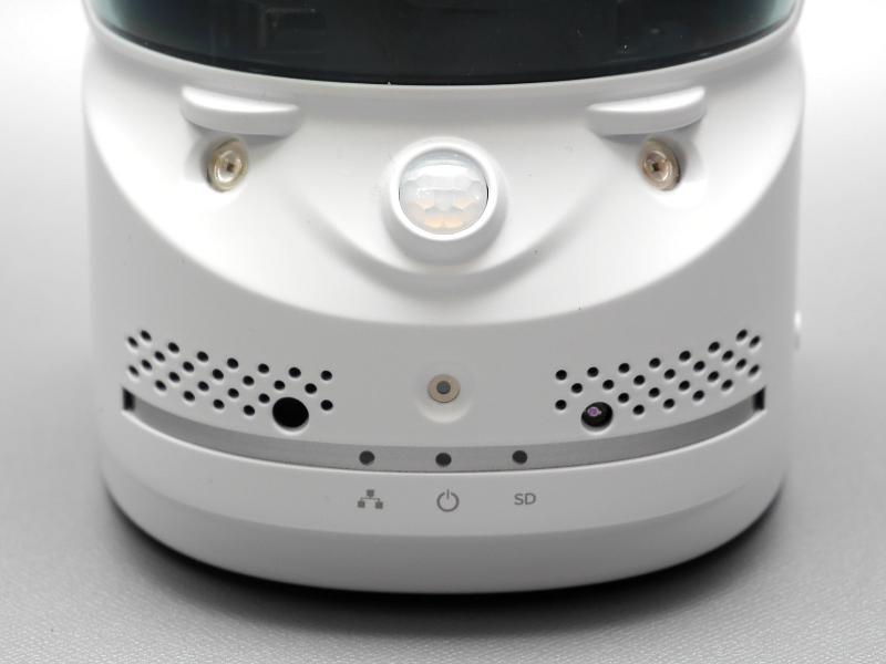 正面。中央の複眼状の部品が赤外線センサ、その左右が赤外線LED、中央下が温度センサー。このほかマイクや光センサーも備える