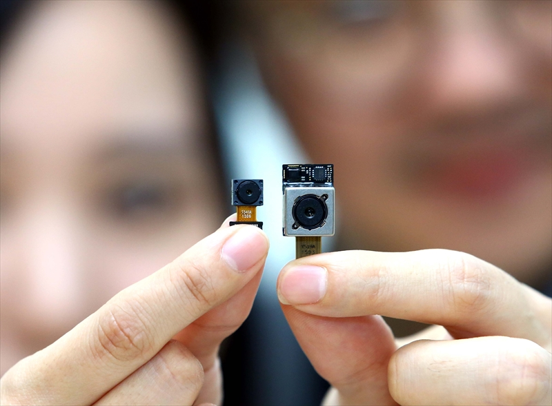 F1.8、1600万画素のカメラモジュール(右)と800万画素のインカメラ向けモジュール(左)