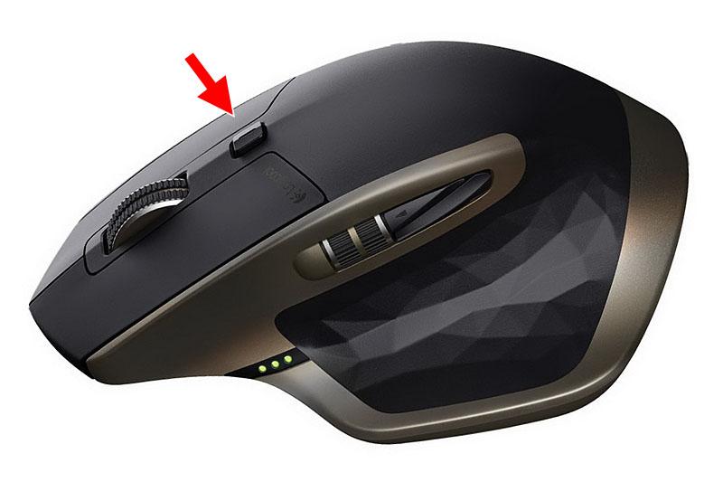 上のホイールは回転させるスピードによって垂直スクロール速度が大幅に変化する「オートシフト機能」に対応。ホイール手前のボタンを押せば、マニュアルでスクロール速度を調節することもできます。左側には親指で回せるサムホイールがあり、ドキュメントの水平スクロールが可能。その下にある赤矢印の部分はボタンで押下できます。