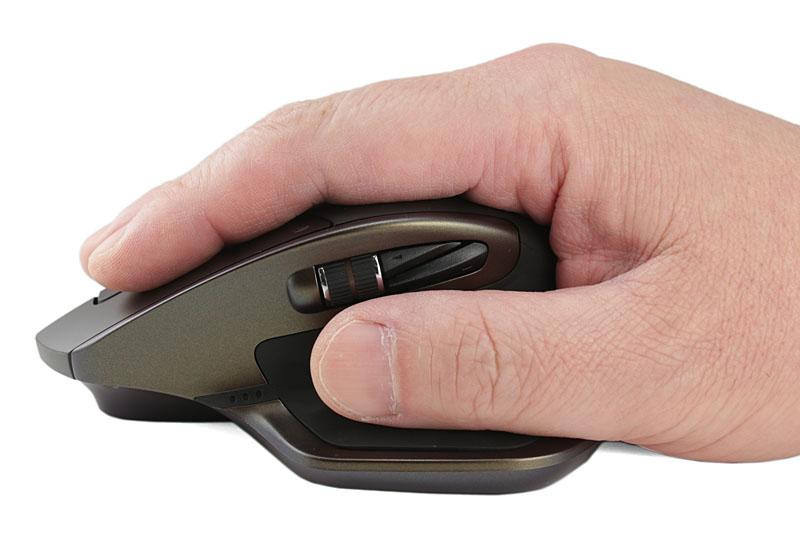 手のひらでマウスを覆うようにする持ち方。手のひらはマウスの背中(パーム/バックアーチ)に触れるケースが多いと思います。主に手首~肘を使ってポインタを操作することになります。