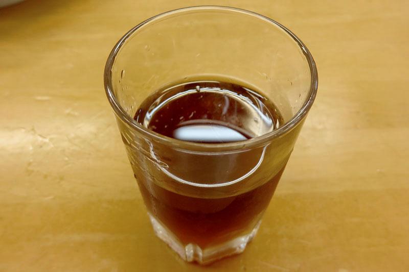 ぎょうざの満洲はチョイ飲みスポットとしてもイイ感じ。餃子をあてにグラス紹興酒260円(税抜)を。酒に見えにくい感じがまたなんとも便利な。