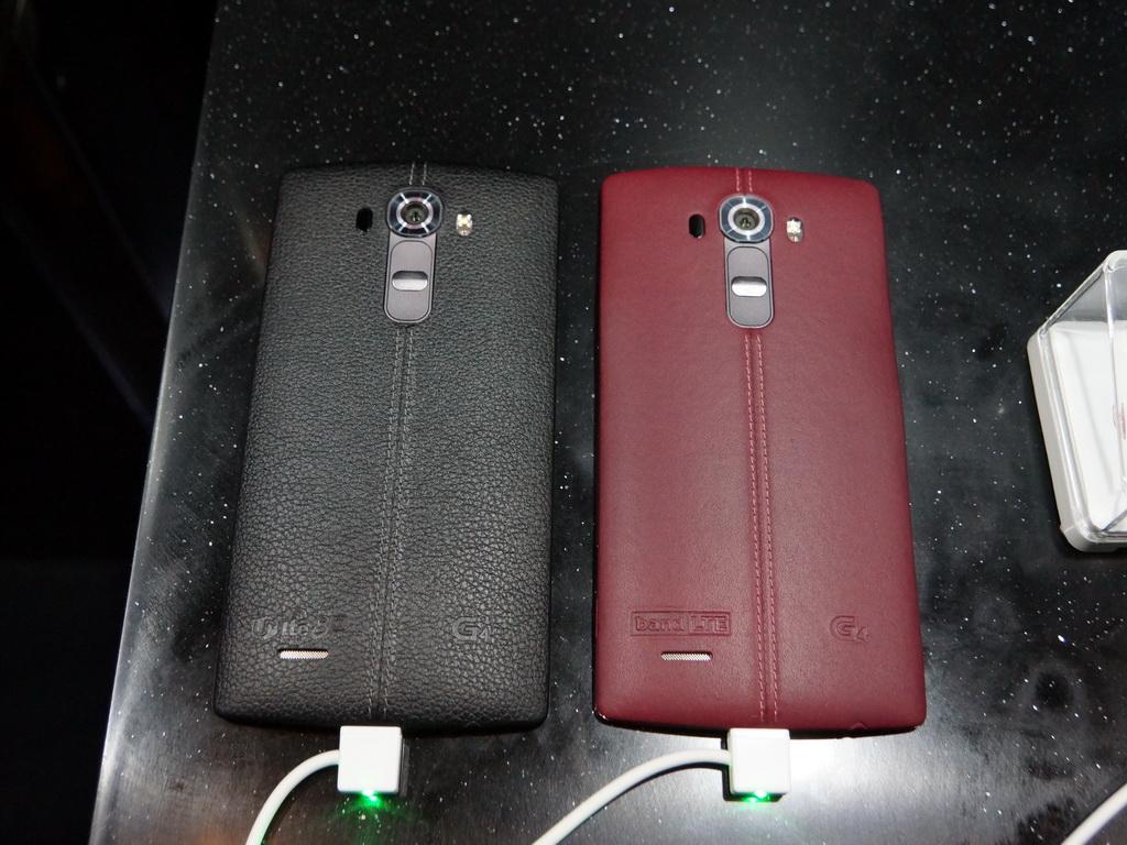 本革というマテリアルもユニークだが、今までのスマートフォンにはなかった色づかいも注目される