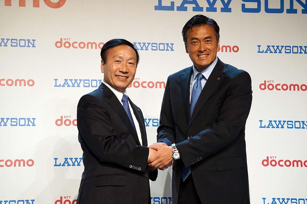 ドコモの加藤社長(左)とローソンの玉塚社長(右)