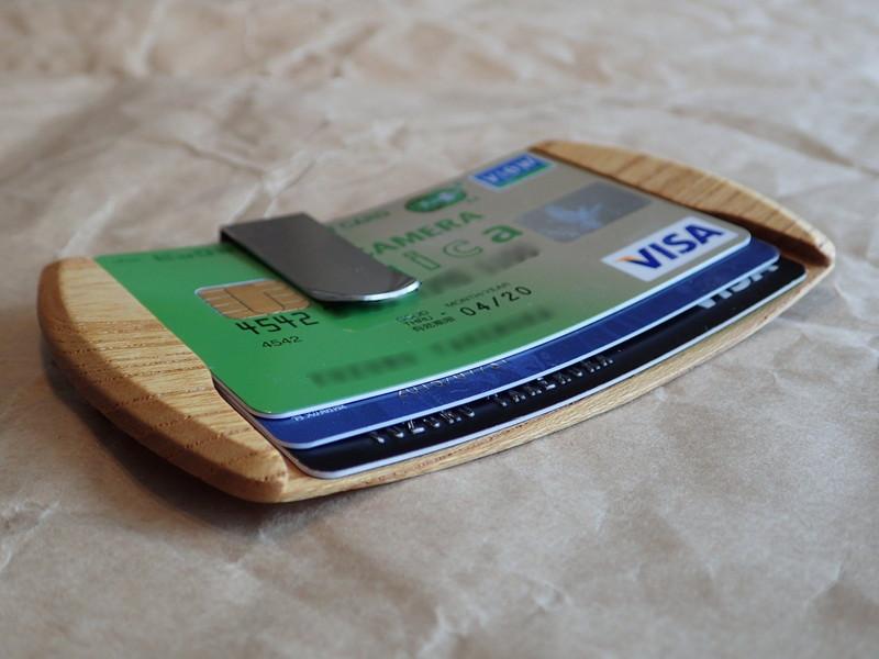 3枚のカードは指先で押し込むだけでスムーズに滑りこんで、5mmの間隔でズレた3段に収納できる