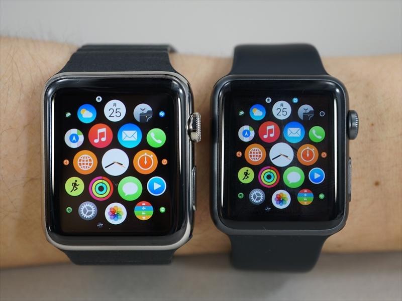 Apple Watchの42mmモデル(左)とApple Watch Sport(ブラック)の38mmモデル(右)