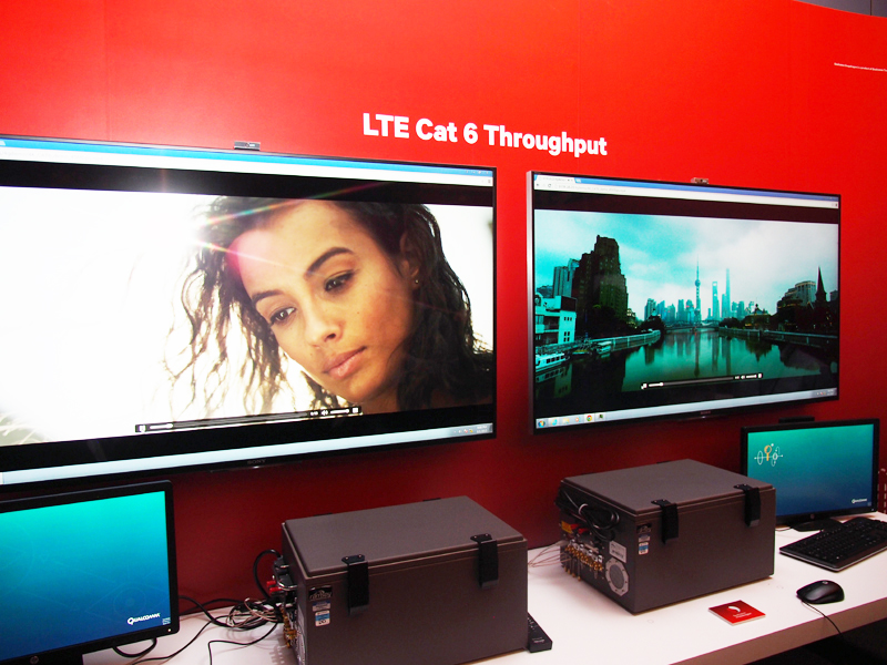 デモコーナーで行われていた、スループットの比較。「競合A」と呼ばれていたメディアテックのチップとはLTEのカテゴリー4で、「競合C」と呼ばれていたサムスンのチップとはLTEのカテゴリー6で比較を行っていた。ライバル製品は4K動画が途中で止まることが確認できた