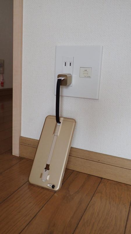 ケーブルの長さが短いので、コンセントの場所によってはアクロバティックな充電スタイルになる