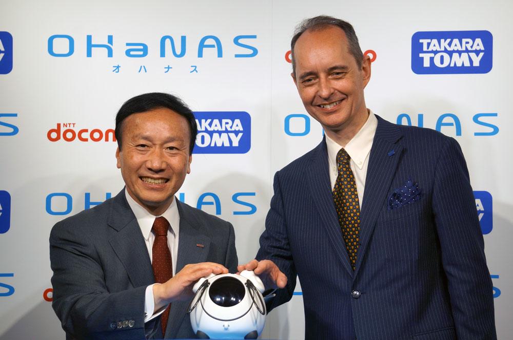 NTTドコモの加藤社長(左)と、タカラトミーのメイ副社長(右)
