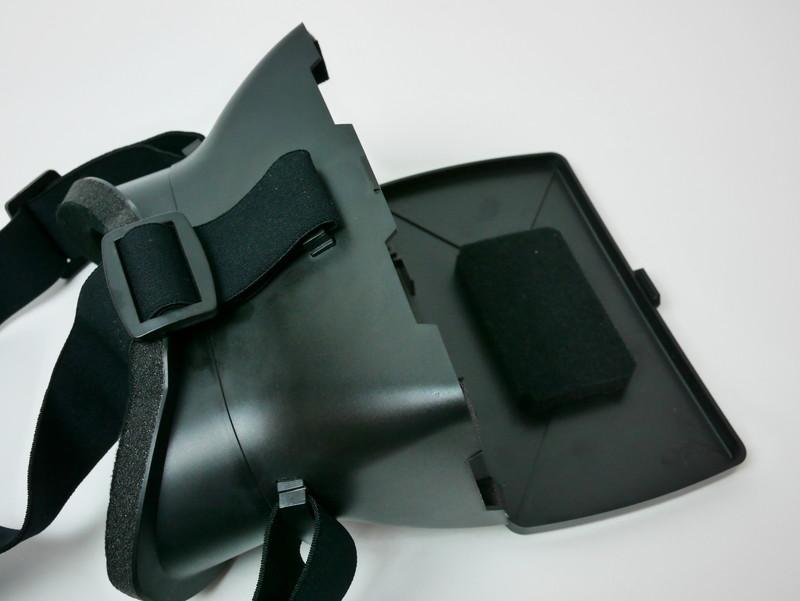 本体のフタに付いたクッション部分にスマートフォンを置き、そのまま閉じてセットする仕組み