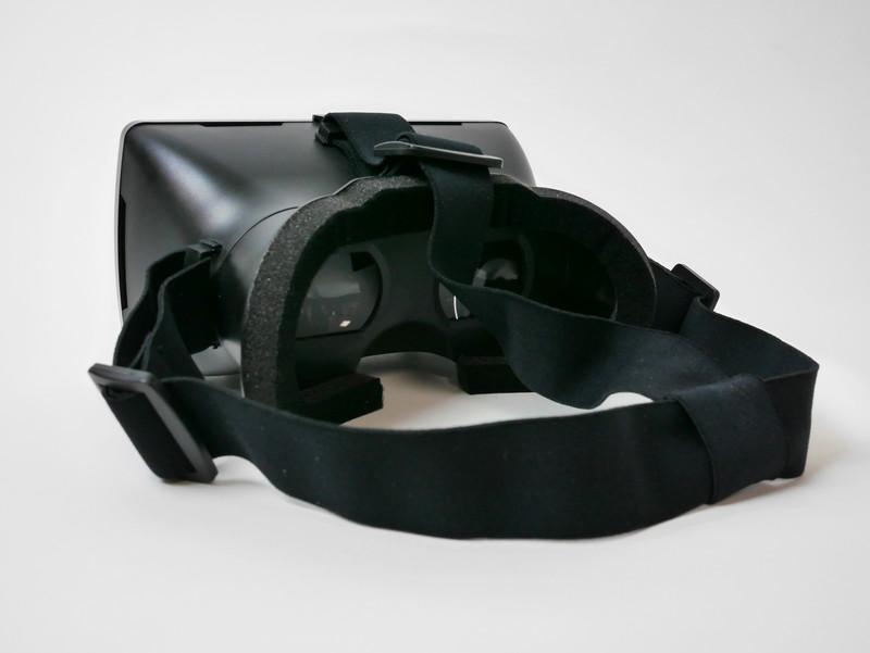 ゴム製のベルトは長さを調節可能なので、頭にフィットさせやすい