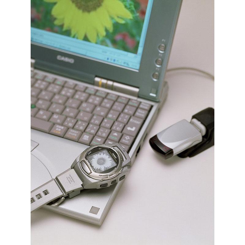 2.5万画素CMOSセンサーを搭載し、カラー撮影のできる腕時計型デジタルカメラ「リストカメラ WQV-3」:2001年(平成13年)発売