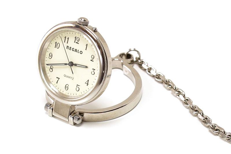 ちょっとしたスタンド的なものがあれば、懐中時計を卓上時計として使えます。スタンド付きの懐中時計もあったりします。