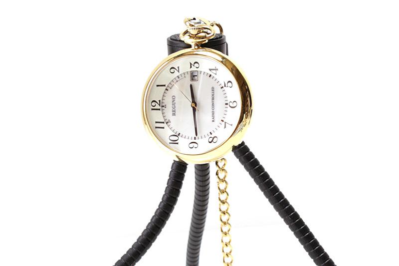 この懐中時計の場合、単に吊すだけでは文字盤が90度傾いちゃうんでした。ちょっと困りましたね~。
