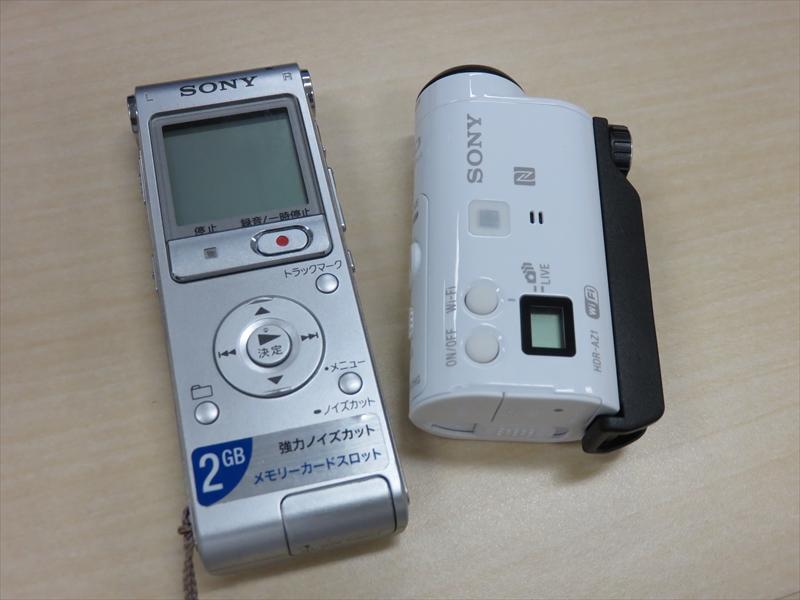 ICレコーダーと一緒に持ち歩いているアクションカム「HDR-AZ1」(右)