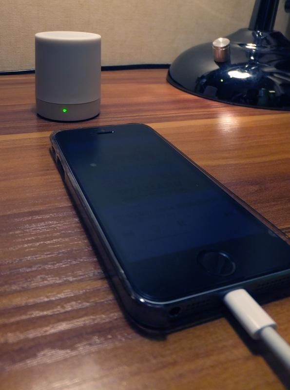 iPhoneと接続して鳴らしている状態。電源が入っているときはLEDが緑色に光る