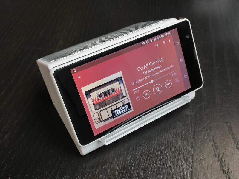 付属の透明スタンドを組み合わせスマートフォンなどを本製品にセット