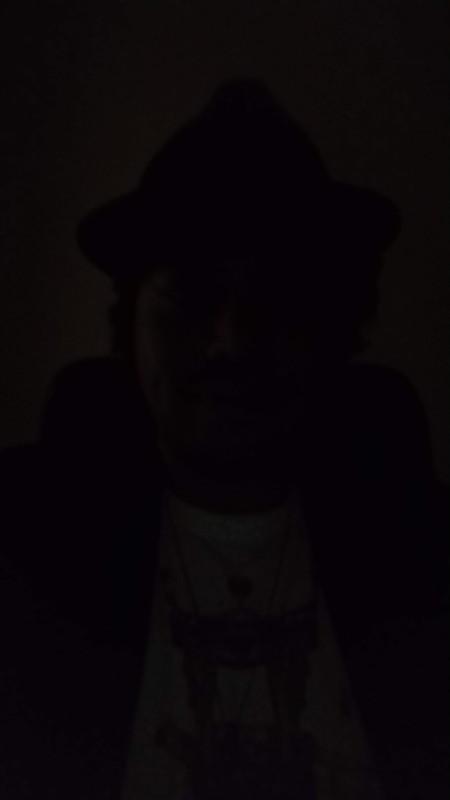 真っ暗な部屋でインカメラを使うと、左のようにほぼ何も写っていない状態になる。ここでライトをオンにすると、はっきりと被写体をとらえることが可能だ