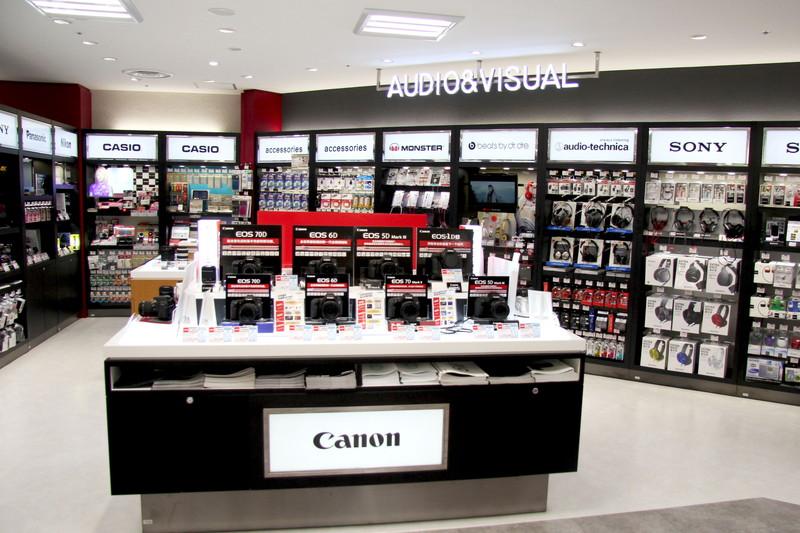 6月6日にオープンしたラオックス新宿本店。訪日客をターゲットとして家電やブランド品、化粧品などを扱っている
