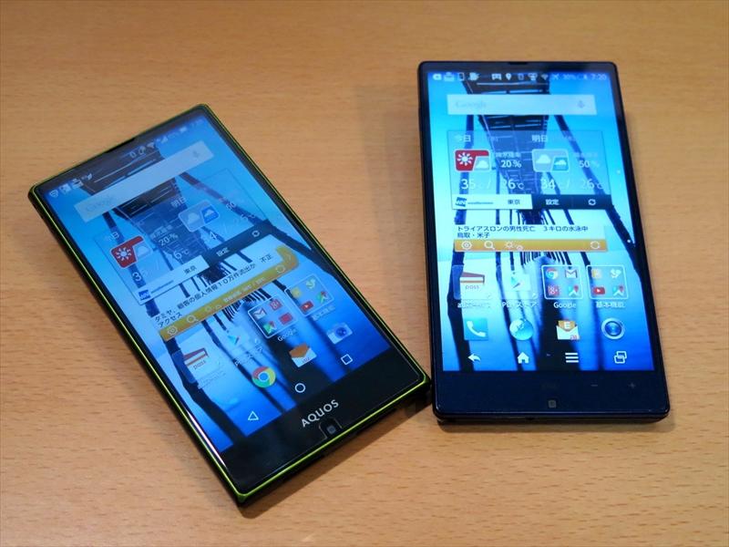 2014年夏モデルのAQUOS SERIE SHL25(右)を2015年夏モデルのAQUOS SERIE SHV32(左)に機種変更