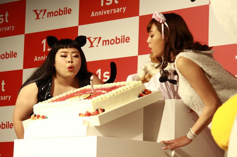 ワイモバイルの1周年を祝うケーキが登場