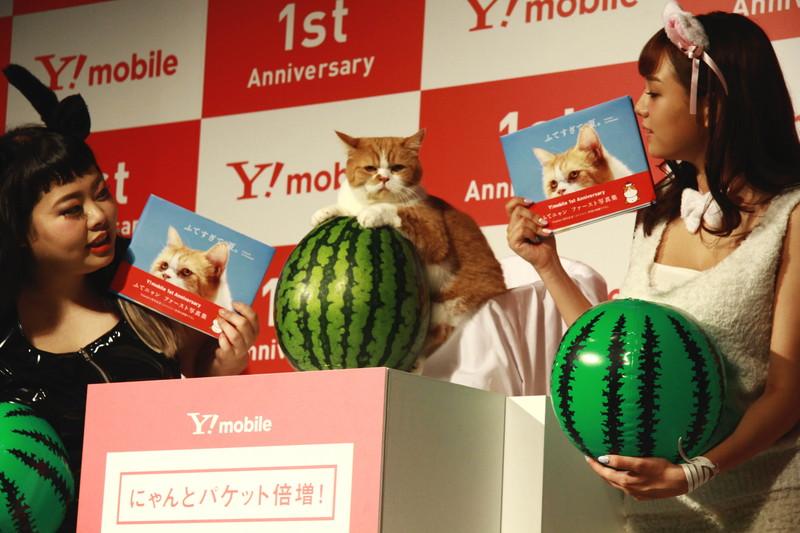 ふてニャン(中央)を囲む渡辺直美(左)と篠崎愛(右)