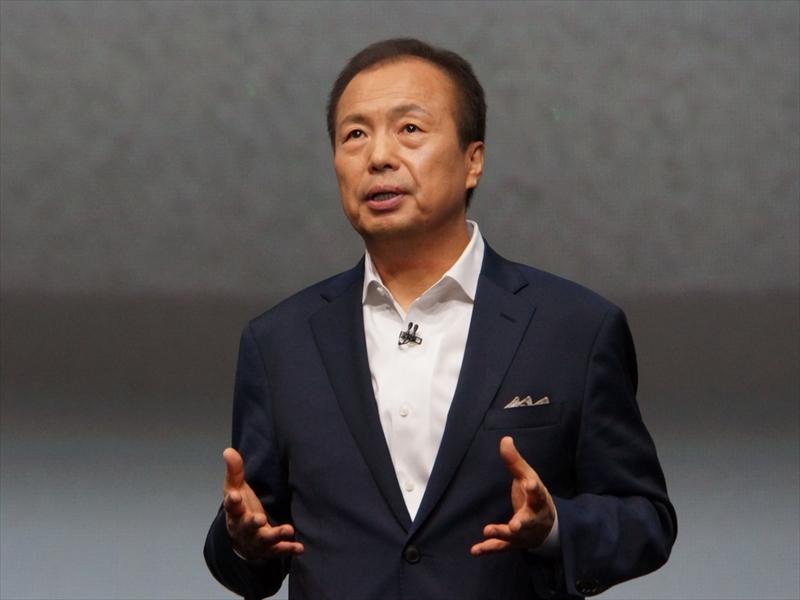 これまでSamsungが大画面ディスプレイやペン、曲面ガラス技術など、新しい取り組みで市場をリードしてきたことを説明するJK Shin氏