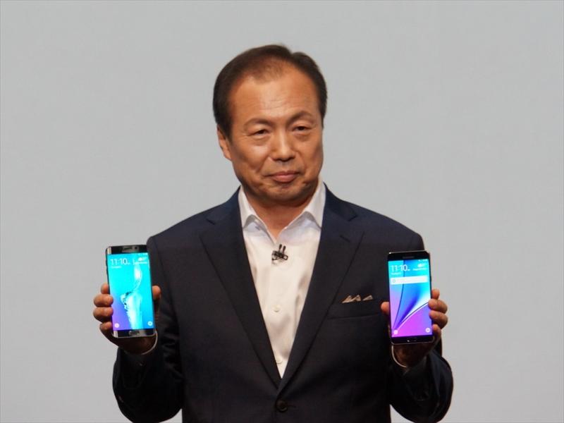 発表されたGalaxy S6 edge+とGalaxy Note 5を両手に持つJK Shin氏