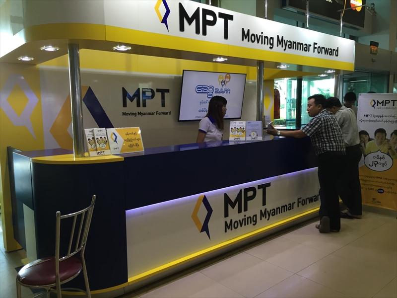 ヤンゴン国際空港のMPTカウンター。去年、訪れたときよりも綺麗になっていた。お姉さんは英語が通じるのでSIMカードの購入なども問題ない