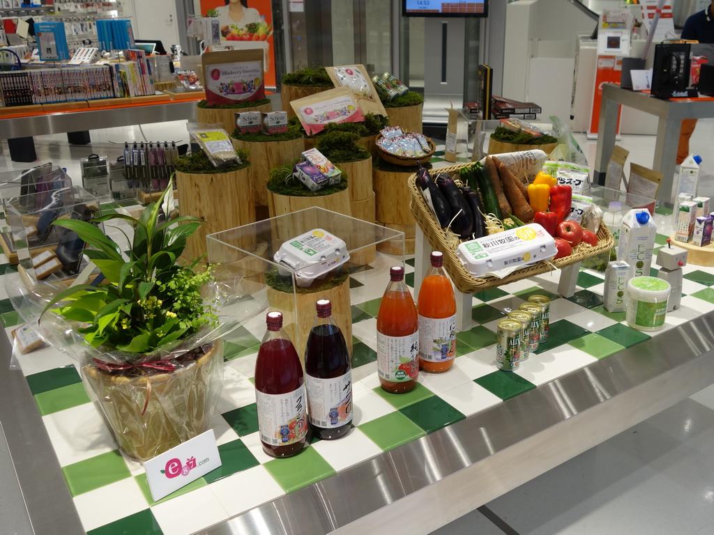 au SHINJUKUの入り口を入ると、au WALLET Marketで扱われる商品が展示されていた